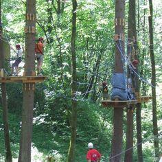Klettern, Kraxeln…Hauptsache hoch hinaus! Mit diesem Gutschein überraschen Sie eine Freundin, den Bruder oder einen anderen lieben Menschen mit einem Tag im Hochseilgarten in Berchtesgaden. Anfänger, Fortgeschrittene, aber auch ganz wackere Kletterprofis können hier auf 3 Parcours die Schwindelfreiheit auf die Probe stellen. Eine schöne und spaßige Idee für ein Klettererlebnis!