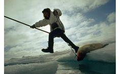 Corsa sui ghiacci - by Gordon Gahan, National Geographic Creative. Un cacciatore inuit salta tra due blocchi di ghiaccio sul Mar dei Chuckchi, Alaska. Servizio pubblicato da National Geographic nel 1971.
