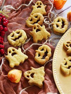 Ať už slávisté Halloween 🦇 🎃nebo naše dušičky, zkuste si osadit tohle pošmourné podzimní období dýňovými perníčky. S hruškovou 🍐 bioladou jsou fakt pecka. 👌  Nebo, Gingerbread Cookies, Dishes, Halloween, Simple, Food, Ginger Cookies, Plate, Essen