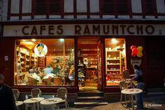 """Bayona - Francia / Bayonne - France    Fotografías de Bayona, Francia.  Tienda de cafés, tés y restauración rápida """"Cafes Ramuntcho""""  Cafés Thés Restauration rapide  9 Rue du Pilori, Bayonne"""
