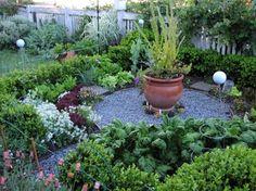 Magnifique, non? Notez également la géométrie, les pots, les fleurs, le grillage pour protéger du pipi du chien, les produits.
