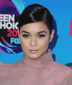 Best beauty looks from the 2017 Teen Choice Awards.