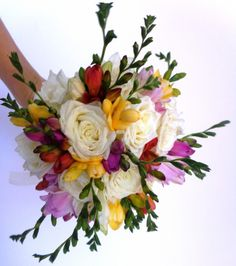 Poze buchet mireasa cu trandafiri albi si frezii multicolore
