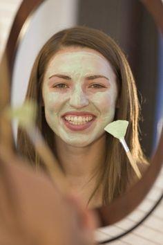Diese Gesichtsmaske zum Selbermachen hilft bei verstopften Talgdrüsen. Danach fühlt deine Haut sich weich und eben an.