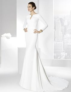 Vestidos de novia en crep natural con detalles de galón dorado.