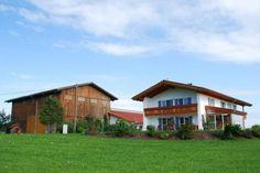 Ferienhof Schmölz in Görisried im Allgäu - neuerbaut in Ortsrandlage. Einer von 20 gastfreundlichsten Ferienhöfe in Bayern! Gastfreundschaft wird hier gelebt! #goldenergockel #gastfreundschaft #gastfreundlich
