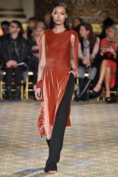 Alerta Fashion Week - NY Feminino - O Veludo continua com força no Inverno 2018. Nesta edição da NYFW, os vestidos ganharam comprimento midi, cores de pedras preciosas e vibrantes, como amarelo, azul Royal e bronze. Imagem: Christian Siriano