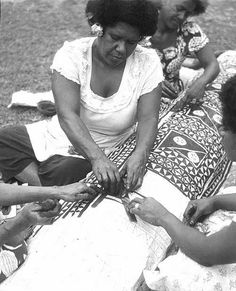 Women of Somosomo Village, Taveuni (Cakaudrove Province), printing bark cloth by rubbing paint over a mask of intersecting coconut leaves, a method called bolabola. South Pacific, Pacific Ocean, Fiji Food, Textile Patterns, Textiles, Maybe In Another Life, Indigenous Education, Polynesian People, Military Dictatorship