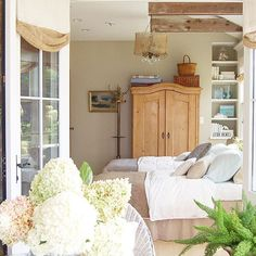 Flowers, Ferns and Fresh Air. (Looking behind as I'm sweeping the porch!) #labordayweekend #capecodstyle #vintage #vintagestyle #recycledstyle #homeandgarden #hydrangea #fern #guestroom #sleepingporch #vintagemodernmix #myhomedecor #myhomedetails