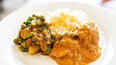 Pollo al curry con verdure, pollo la curry indiano con piselli e patate