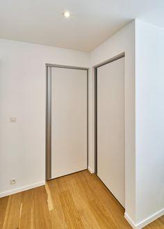 Moderne binnendeur met aluminium blokomlijsting en verticale greep