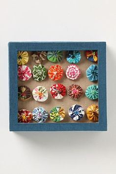 these pinwheel push pins (anthropologie) are cute, and probably wouldn't be TOO hard to DIY using fabric scraps. Sewing Projects, Craft Projects, Craft Ideas, Anthropologie, Yo Yo Quilt, Arts And Crafts, Diy Crafts, Quick Crafts, Cactus