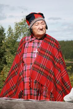 INNU PEOPLE Bande d'Uashat et Manioténam. Filomena McKenzie, who only speaks Innu (Montagnais) and grew up int he woods. 14 children and 80 grandchildren and great-grandchildren. Makes snow shoes. Native American Images, Native American Tribes, American Indian Art, Native Americans, Indigenous Education, How To Make Snow, Cultural Diversity, We Are The World, Native Indian