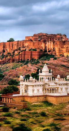 Mehrangharh Fort and Jaswant Thada mausoleum in Jodhpur Rajasthan India Indian Temple Architecture, Mughal Architecture, Ancient Architecture, Rajasthan India, India India, India Art, Monuments, Amazing India, India Tour