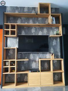 Całość wykonana z drewna dębowego, zastosowane drzwiczki oraz półki podzielone na 4 mniejsze, które można przenieść w dowolne miejsce, gdyż pasują do pozostałych wnęk/boxów. Po bokach stalowe strzemiona.  #zabudowatv #regałdębowy #regałdrewniany #szafkaRTV