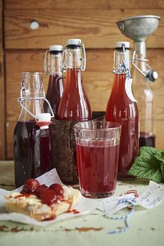 Finns det något som är godare än hemgjord saft? Den här saften passar också fint att servera som måltidsdryck. Non Alcoholic Drinks, Wine Drinks, Chutney, Ketchup, Homemade Sweets, Good Food, Yummy Food, Rhubarb Recipes, Date Dinner