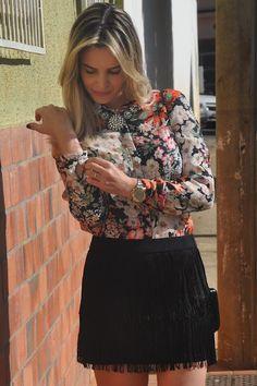 Saia de franjas e camisa floral
