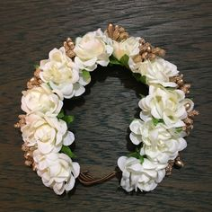 A beautiful white and gold gajra Indian Accessories, Flower Hair Accessories, Hair Accessories For Women, Flower Jewelry, Bridal Flowers, Flowers In Hair, Hair Doo, Flower Makeup, Floral Hair