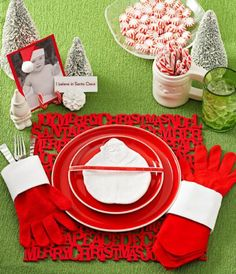 Add holiday cheer to Christmas meals with these quick and easy ideas for festive table place settings.