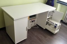 IKEA Hack DIY sewing table - Smart sewing table with sliding tray for sewing machine - IKEA Hackers Sewing Room Furniture, Sewing Desk, Diy Sewing Table, Sewing Machine Tables, Sewing Cabinet, Pipe Furniture, Furniture Vintage, Sewing Machines, Office Furniture
