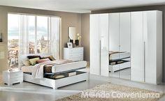 Il bianco lucido della finitura ti regala, una camera da letto luminosa. sceglila anche per la comodità che può darti in termini di spazio: il letto ha un vano contenitore per riporre la tua biancheria. L'armadio, con lunghe maniglie di design, ha 6 ante e le due centrali specchiate. Completano il tutto due comodini, il comò e la specchiera.