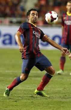 RUN55 BANGKOK (TAILANDIA) 07/08/2013.- El futbolista del FC Barcelona Xavi Hernández controla el balón durante un partido amistoso que el equipo disputó contra la selección tailandesa, en el Estadio N
