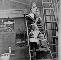 Carl and Karin Larsson's children Lisbeth and Brita and Kerstin and Esbjørn Carl Larsson, Vintage Photographs, Vintage Photos, Victorian Life, Arts And Crafts Movement, Art Nouveau, Scandinavian, Old Things, Artists