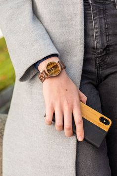 Die Nussbaum Holzuhr gibt dir mit ihrem echten Tigerauge Ziffernblatt den extra speziellen Touch. Elegant, Wood Watch, Ukraine, Fashion, Marrakech, Classy, Wooden Clock, Moda, Chic
