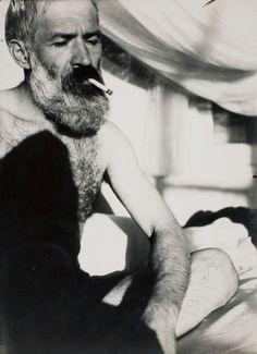 de-salva:  alfagiota:  entregulistanybostan:  Constantin Brancusi, Self-Portrait in the atelier, ca 1930 chagalov via (RMN)