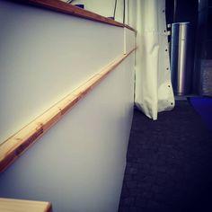 Bar décoré spécialement en blanc pour festival classique Ladder, Storage, Furniture, Home Decor, Classic, Hands, White People, Purse Storage, Stairway