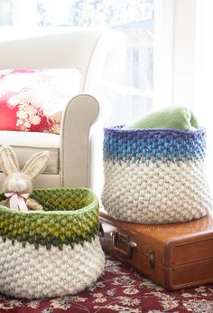 Free pattern for a beautiful color block crochet basket. Great way to mix colors and use up scrap yarn! Use 2 strands chunky yarn held together. Crochet Bowl, Crochet Basket Pattern, Crochet Yarn, Crochet Stitches, Crochet Baskets, Crochet Patterns, Block Patterns, Crochet Gratis, All Free Crochet