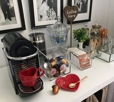 coffee corner Inspire-se com ideias criati - coffee Coffee Station Kitchen, Coffee Bars In Kitchen, Home Coffee Stations, Coffee Bar Home, Coffee Area, Coffee Room, Coffee Corner, Cafe Bar, Decoration Hall