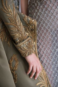 Find tips and tricks, amazing ideas for Zuhair murad. Discover and try out new things about Zuhair murad site Zardozi Embroidery, Hand Embroidery Dress, Tambour Embroidery, Bead Embroidery Patterns, Couture Embroidery, Embroidery Suits, Gold Embroidery, Embroidery Fashion, Hand Embroidery Designs