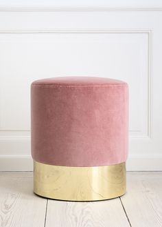 Loving this vintage inspired velvet stool in blush pink with a brass base by Italian designer Azucena: Cilindro stool with rose velvet upholstery and brass base. Reproduction of the stool designed by Luigi Caccia Dominioni, H x Ø 40 cm - theapartment. Elegant Home Decor, Elegant Homes, Pale Dogwood, Gold Stool, Deco Pastel, Home Furniture, Furniture Design, Bathroom Furniture, Bathroom Interior