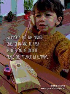 No importa que tan maduro seas, si un niño te pasa un teléfono de juguete, tienes que atender la llamada.
