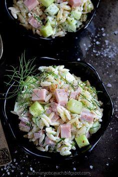 Sałatka makaronowa ze świeżym ogórkiem, szynką i koperkiem