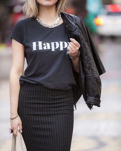 Para se inspirar: Com casual friday, a t-shirt pode ser uma boa opção para transformar seu look de trabalho em uma linda composição para o happy hour. Troque o blazer pela jaqueta de couro e arremate com um colar de correntes. Pronta para drinks depois do trabalho! Enjoy! #dresscodesb #silvanabianchini