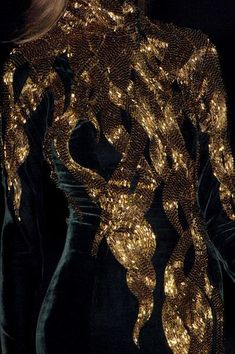 Black Gold Fashion Black and gold Alexander McQueen Fall 2007 - Alexander McQueen at Paris Fashion Week Fall 2007 - Details Runway Photos Fashion Mode, Gold Fashion, Fashion Week, Paris Fashion, Runway Fashion, High Fashion, Net Fashion, Fashion Black, Trendy Fashion