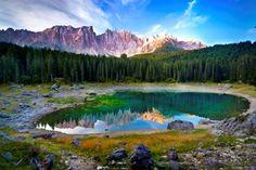 Eis um dos mais famosos lagos das Dolomitas http://www.italydolomites.com/hikes/carezza-lake/  #dolomitas #viajar #italia #turismo