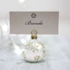 The name name Christmas ball gold flake (par Christmas Balls, Christmas Ornaments, Christmas Ideas, Personalised Bauble, Christmas Table Decorations, Surprise Gifts, Secret Santa, Decor Crafts, Diy Crafts