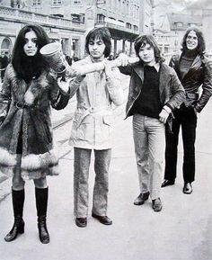 Drie dagen Zwitserland in september 1970. Shocking blue op de foto tijdens een wandeling door het mooie Zürich. 's-Avonds een optreden in een grote nachtclub. De volgende dag naar Winterthur voor een 2e optreden. De laatste dag weer met het vliegtuig naar Schiphol. (Bron: FB Klaasje vd Wal)