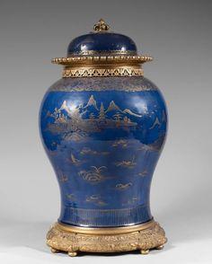 ❤ - IMPORTANTE POTICHE balustre en porcelaine émaillée bleu poudré, décorée en émail or d'un paysage lacustre avec pagodes.  (Fêlures et prise du couvercle en bronze).  Chine, XVIIIe siècle.