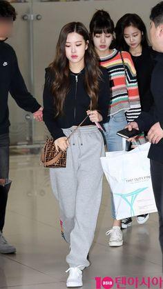 Blackpink at airport. Kpop Outfits, Korean Outfits, Casual Outfits, Girl Outfits, Airport Outfits, Korean Airport Fashion, Korean Fashion, Blackpink Fashion, Fashion Outfits
