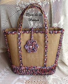 bolsa realizada con arpillera, bordada con trapillo y ganchillo