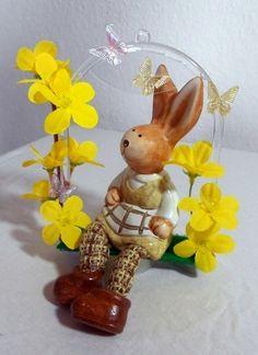 Ostern steht vor der Tür, doch noch hat unser Häschen etwas Zeit zum Schaukeln.  Die Schaukel ist ca. 15 x 11 cm. Ich habe gelbe Blüten befestigt u...