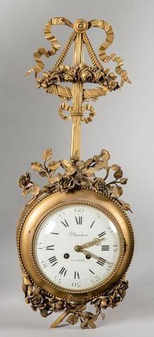 Cartel d applique en bronze et métal doré de style Louis XVI. Le