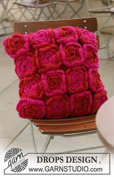 """DROPS kussenhoes met gehaakte bloemen van """"Eskimo"""". ~ DROPS Design"""