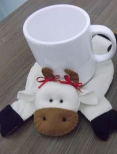 Resultado de imagen para tapete para caneca moldes Christmas Knitting Patterns, Christmas Sewing, Felt Christmas, Christmas Crafts, Nurse Crafts, Hobbies And Crafts, Diy And Crafts, Cow Ornaments, Sewing Crafts
