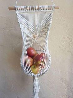 DIY - A arte do macramê repaginada Macrame , DIY - A arte do macramê repaginada DIY - A arte do macramê repaginada . Macrame Art, Macrame Design, Macrame Projects, Macrame Knots, Fruit Holder, Macrame Patterns, Knitting Patterns, Crafty Craft, Crafting