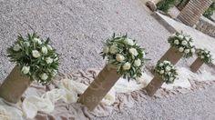 #γαμος στολιμος διαδρομος από γυάλες με λινάτσα και λευκό τριανταφυλλο και ελια